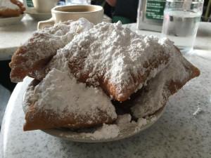 Cafe du Monde 150年以上の歴史を誇る世界的に有名なカフェ、カフェデュモン。 開店と同時に満席になり長蛇の列は一日中途切れることはない。客たちの目的はただ一つ、ベニエと呼ばれる揚げパンだ。 植物油を使用したサクサクのドーナツに粉砂糖を雪山のように振りかけて…一人3個は朝飯前。通はカフェオレに浸して食するのだとか。
