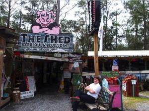 The Shed Barbecue & Blues Joint ガレージハウスのようなユニークな店構えと本格バーベキューで大人気のBBQハウス。テラス席も充実しており開放感抜群。定期的に開催されるブルースのライブを楽しみながら口いっぱいに焼きたてのポークリブをほおばって。