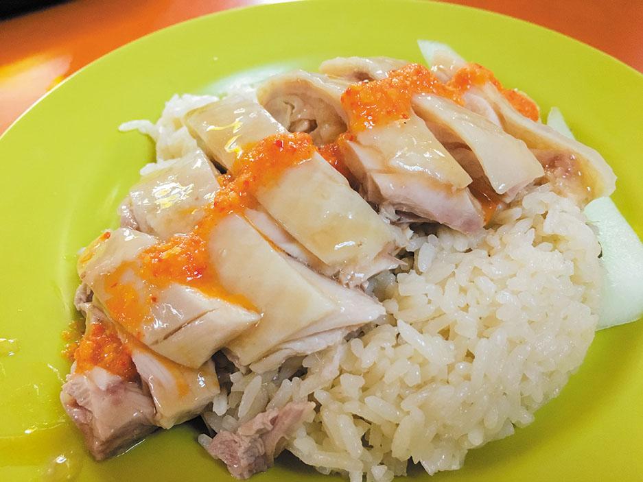 シンガポールでまず食したい、海南チキンライス。茹で鷄とその茹で汁で炊いた白米を皿に盛り付け、チリソースをかけて食すのだが、チキンとライスとソースが織りなすと旨味と言ったら!街で食べ比べするのも楽しい。
