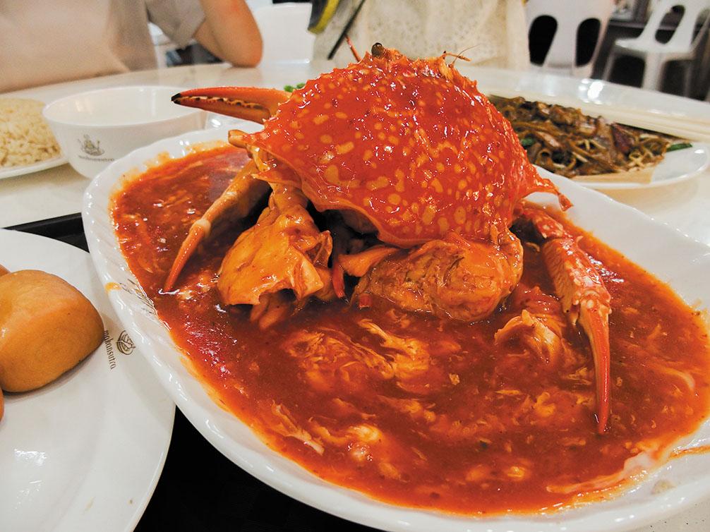シンガポール名物、チリクラブ。トマトの酸味とチリのピリ辛がぷりぷりのカニ肉と相性抜群。