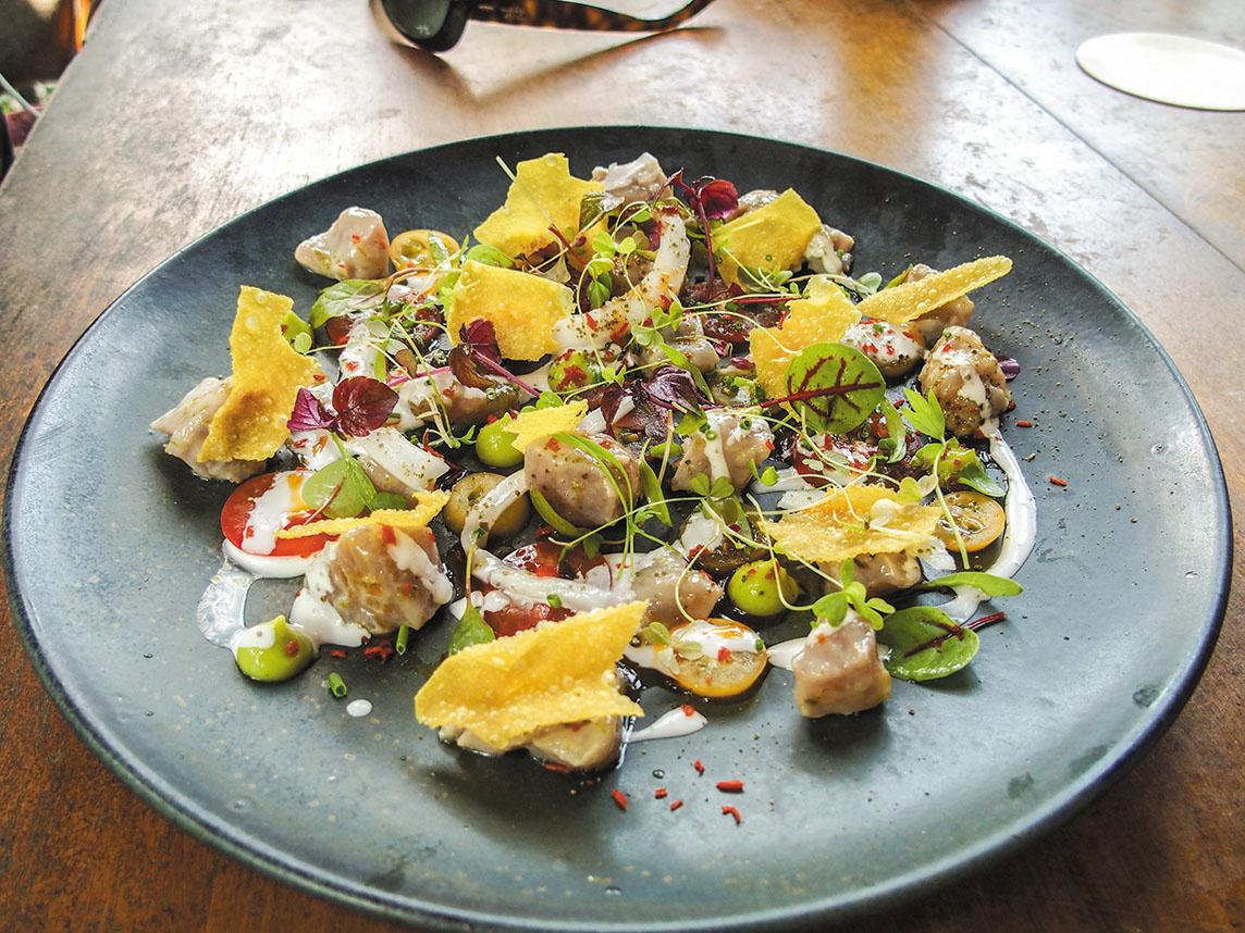 お洒落なランチを楽しみたいならハリアボタニックガーデンへ。ココナッツ風味のマグロの刺身サラダは上品な味わいでシャンパンに合うことこの上なし。