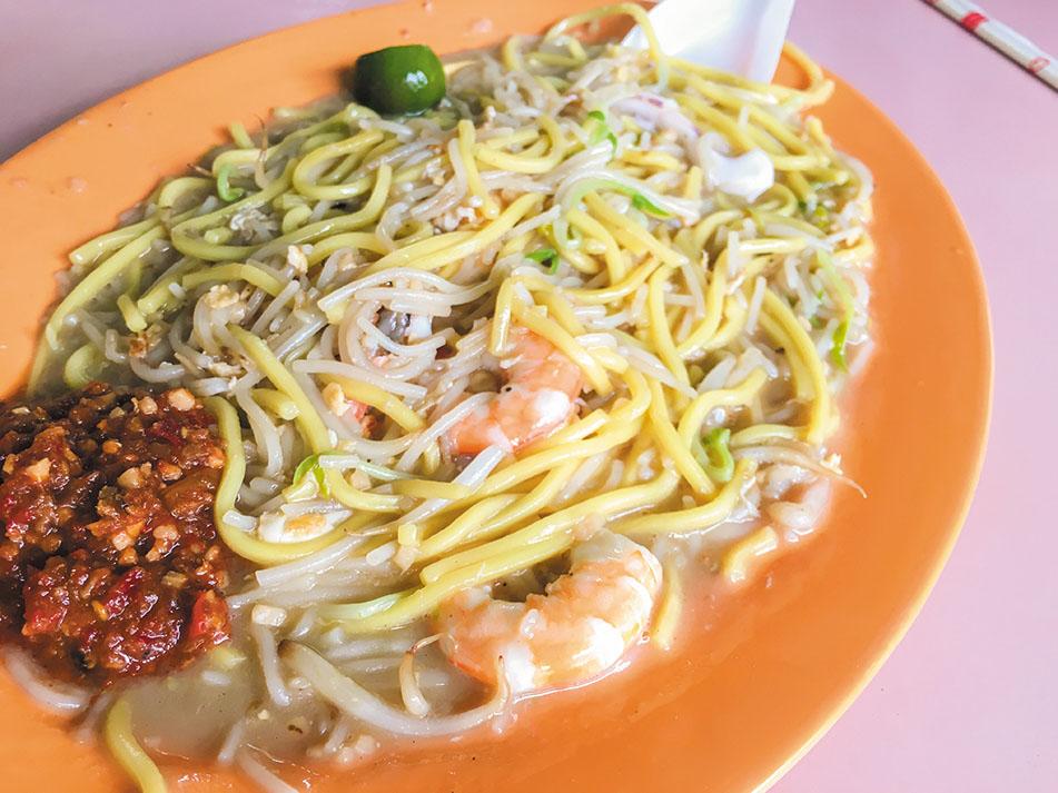 シンガポールの屋台飯で弊誌が一番お勧めするのは間違いなくホッケンミー。旨味が凝縮しこのたエビ焼きそばはどんなに満腹でも別腹が始動してしまう禁断の味わいだ。