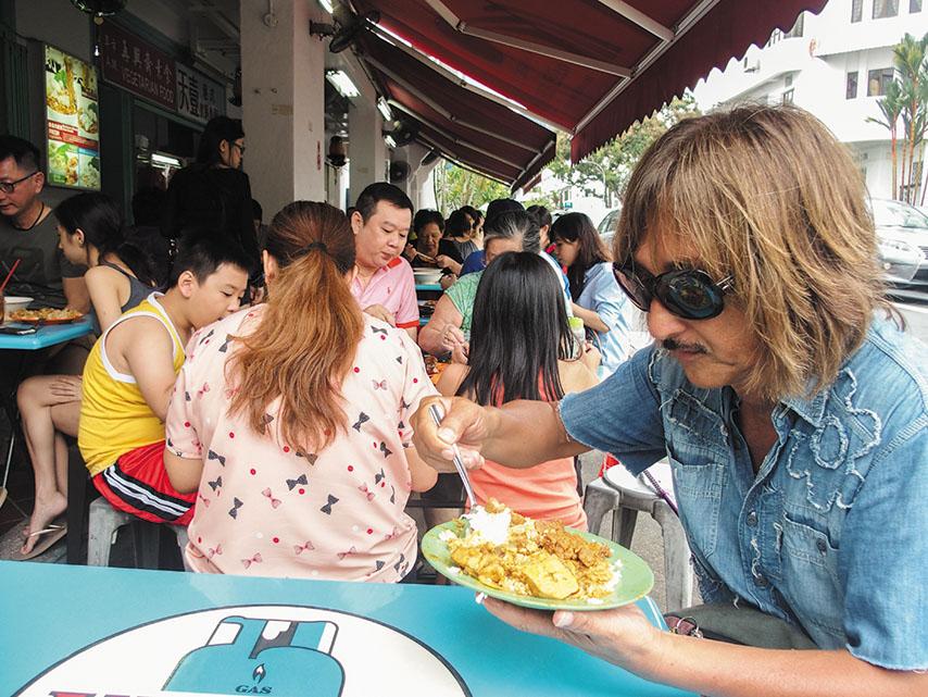 サクサクのクリスピーチキンが食指を動かす、シンガポールのローカルフード、海南カリー飯。