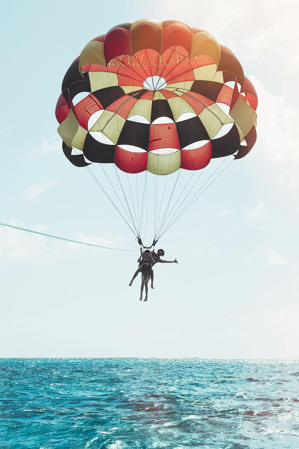 パラセーリングでマニャガハ島からサイパンまでの海を一望して。