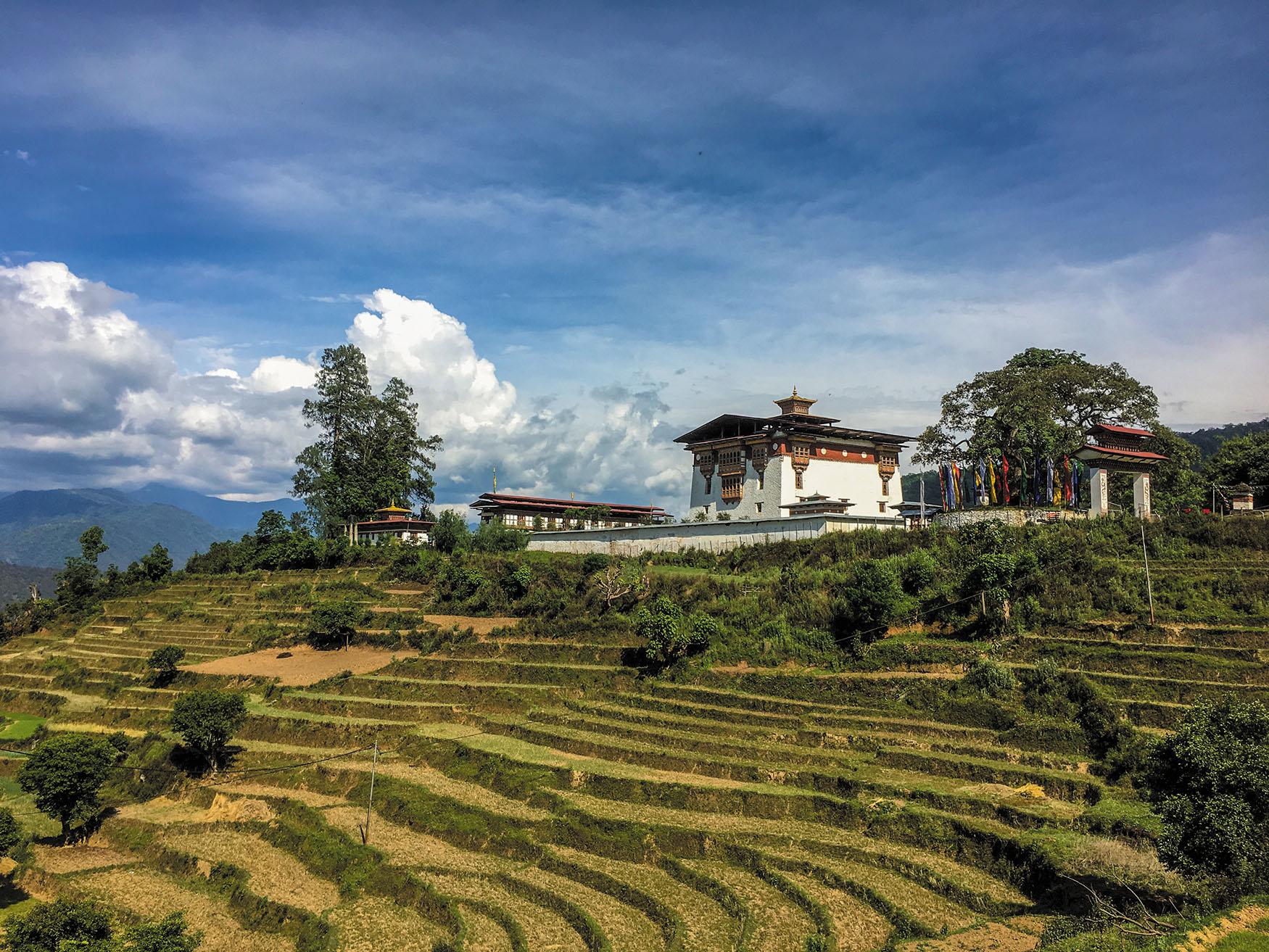 棚田を望む絶景。頂に聳えるのは僧侶学校。