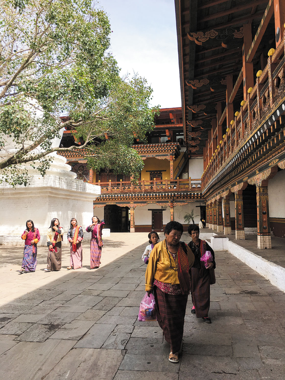 プナカ・ゾンの内部。この日はブッダの命日で仏教における最も神聖な日の一つ。人々は正装して参拝に訪れる。