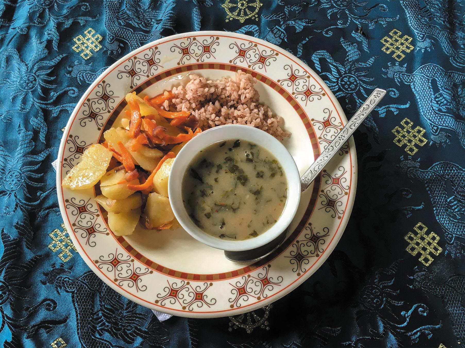 僧侶学校の昼食。ベジタリアン食だが味付けにバターを使用しているので満足度は非常に高い。