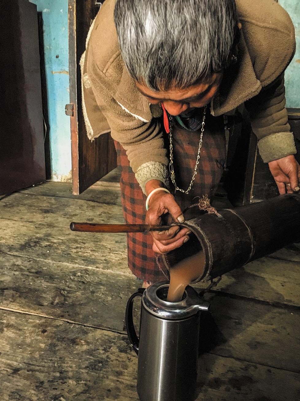 ブータンでは紅茶にバターと塩を入れて撹拌するバター茶を愛飲している。