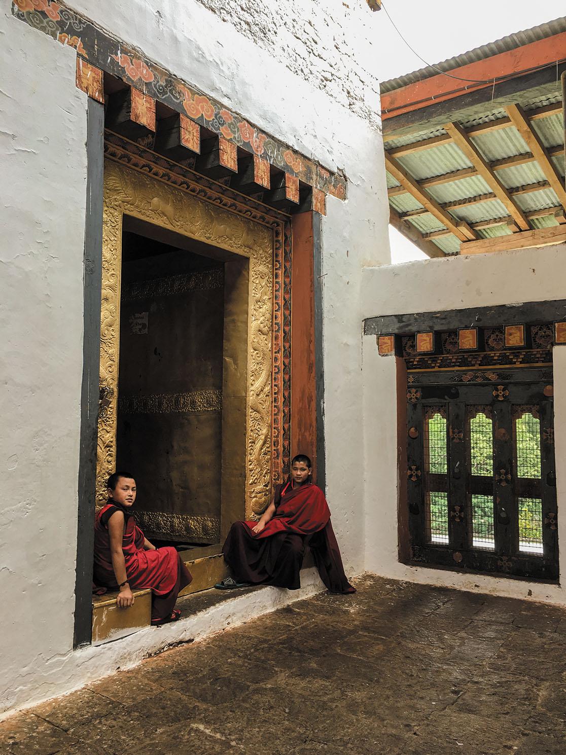 プナカ・ゾンの寺院脇にて。