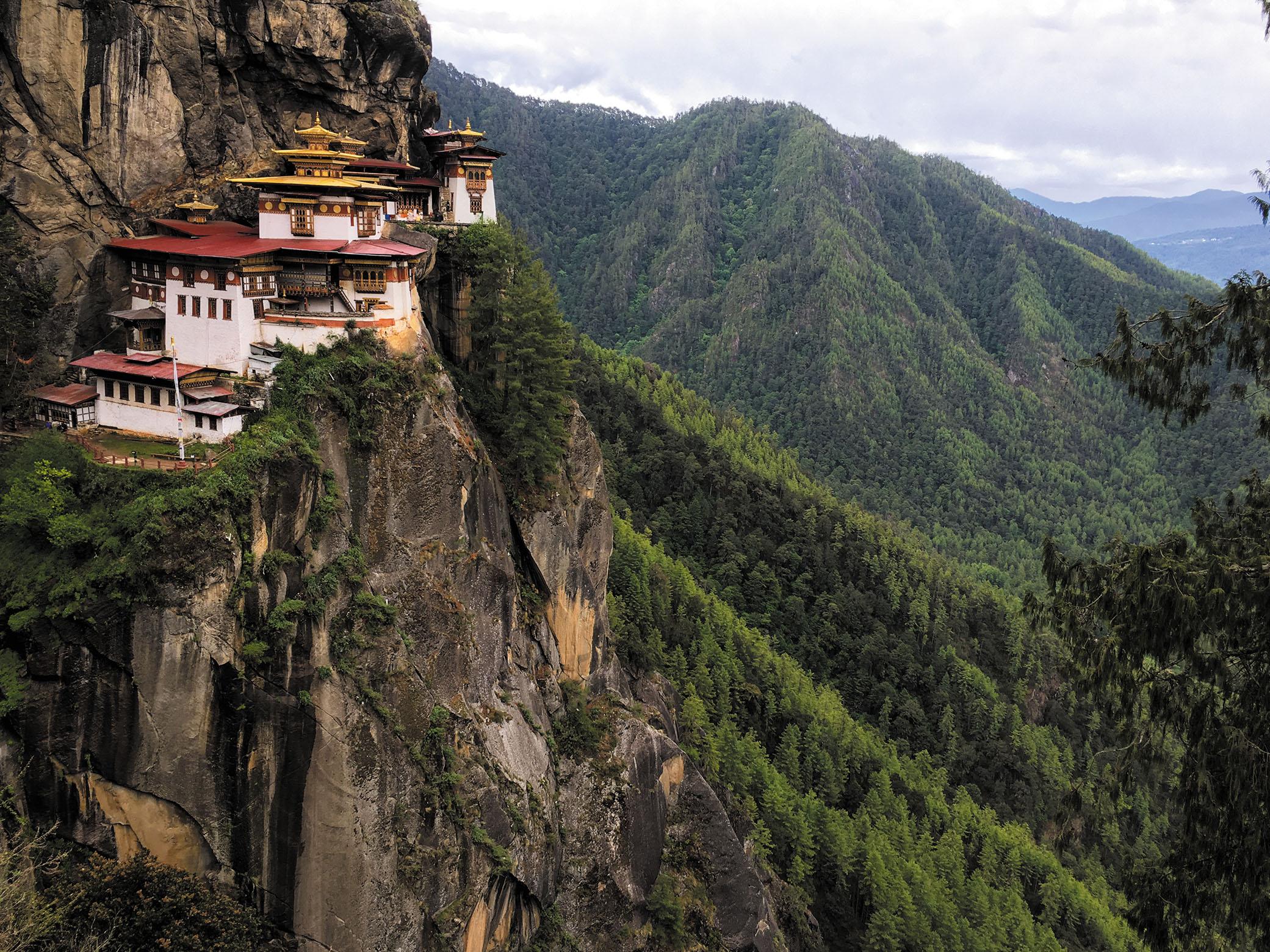 断崖絶壁に建てられた孤高の寺院。ドラゴンズネストと呼ばれ、たどり着くまでは3時間ほどの登山を要する。世界中の仏教徒が参拝に訪れる非常に神聖な場所だ。