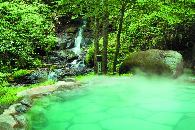 「八重九重の湯」 ほんのり白いにごり湯に心も体もほぐしながら、間近に流れ落ちる名瀑「九重の瀧」を望む混浴露天風呂。野鳥や瀧の音色が四方から聞こえてきて、まるで森林浴を楽しんでいるような雰囲気を味わって。
