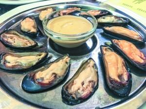 1893年創業の老舗ムール貝専門レストラン「Chez LEON(シェ・レオン)」新鮮なオイスターやムール貝をベルギービールとともに。