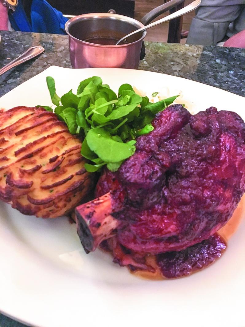 骨つき肉をとろとろになるまで煮込み旨味を凝縮した至極の一皿。