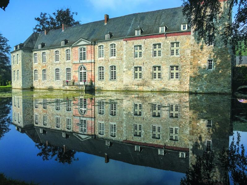 ワロン地方ナミュールにあるアンヌヴォワ城の庭園。重要文化財に指定されたこの庭は手入れが行き届いた28ヘクタールの土地に250年間絶え間なく流れ続ける水が四季折々の美しさを呈する。