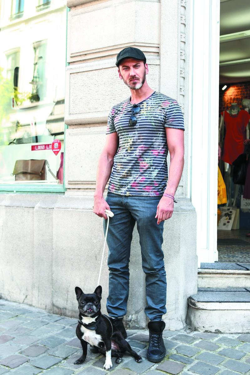 Lucas 家具デザイナー グレーのグラデーションコーディネイトをキャップとブーツのブラックで引き締めて。ジャストサイズのTシャツがシャープなボディラインをゴージャスに見せている。