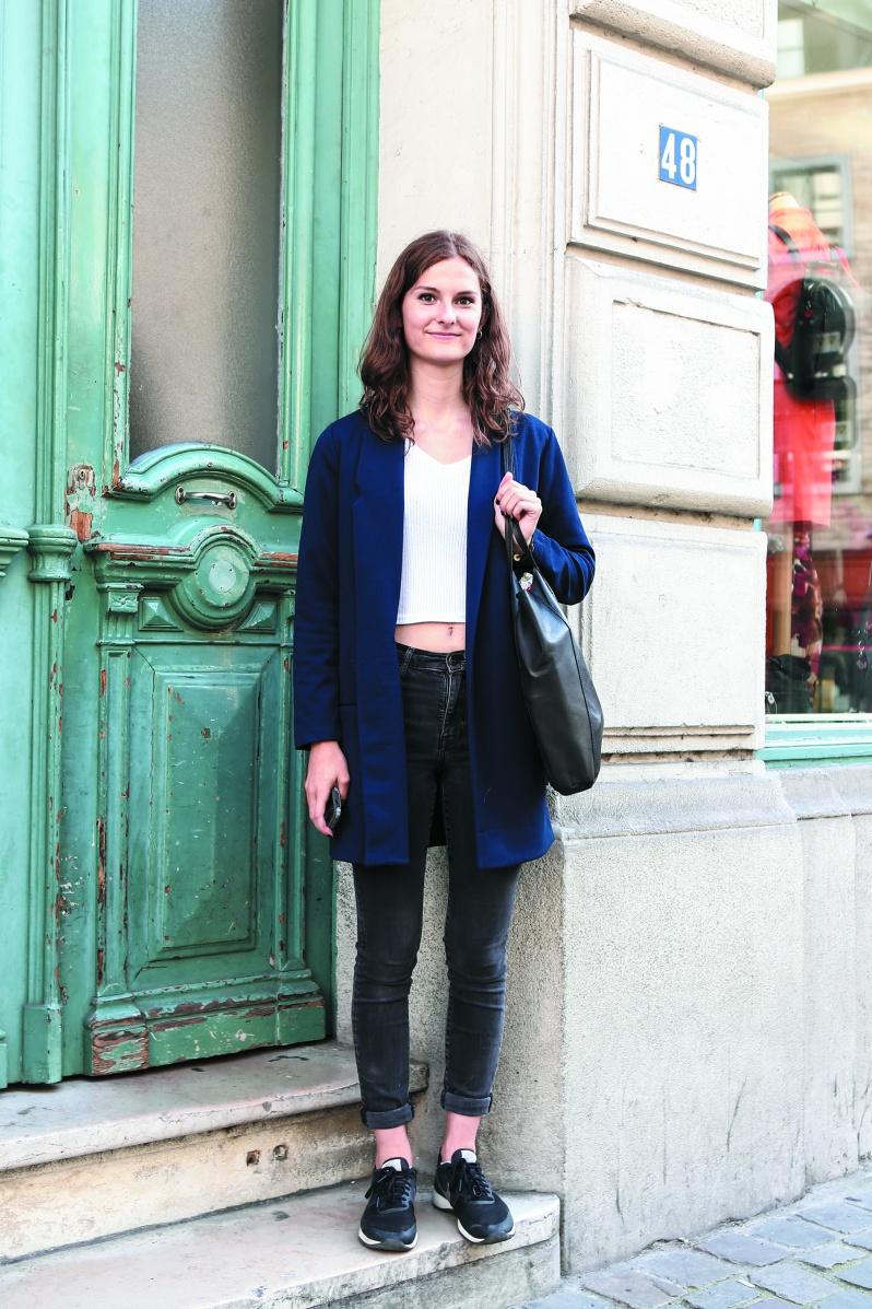 Emma 学生 スポーティーなスタイルで颯爽と街を歩く姿に目を奪われて思わず声をかけた。ブラック&ホワイトにネイビーのロングカーディガンを合わせスポーティーなスタイルに気品を感じさせる。