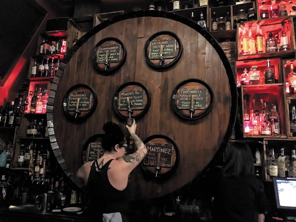 RADIATOR WHISKEY ウィスキーが好きならここは外せない。バレルから直接注ぐスタイルで香り高いウィスキーを堪能できる。