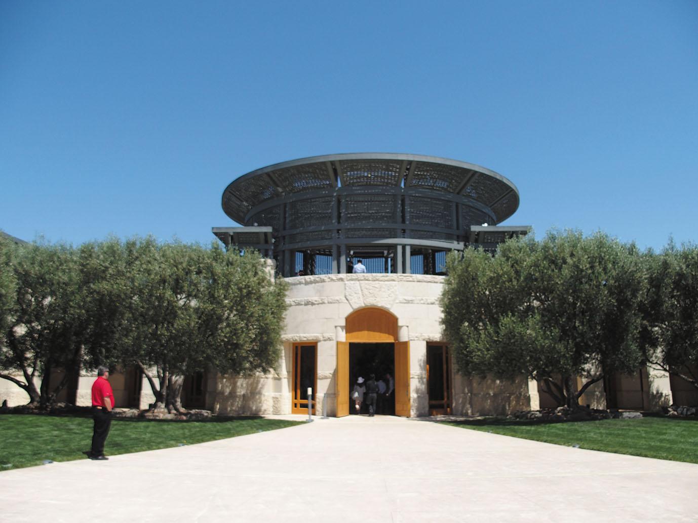 Opus One Winery このエリアでもひときわ目立つ、見事な建築。テイスティングルームにはさり気なくピカソの絵画が飾ってあるなど、インテリアもしっかりと見ておきたい。