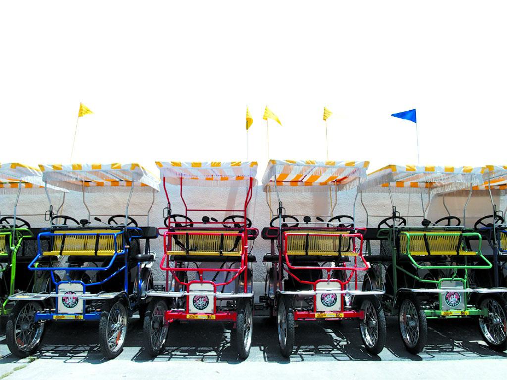 デルコロナドのアクティビティの一つ。1人乗り〜4人乗りまでユニークな自転車が並ぶ。