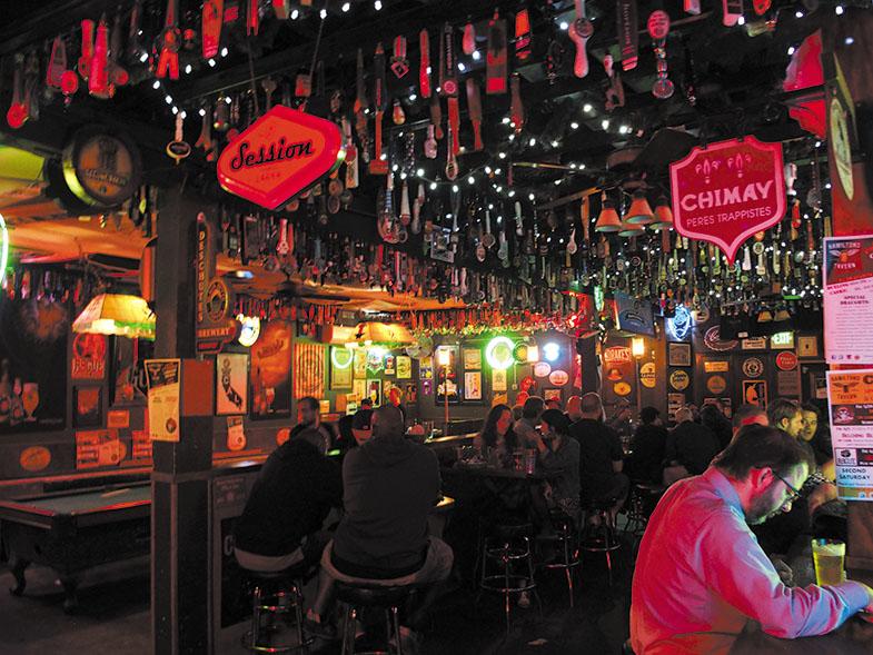 America's 33 Best Beer Bar 2015に選ばれたサンディエゴのベストビアバー、HAMILTON'S TAVERN。75年以上もの歴史をもつこのバーでは数多くのタップビアの他、ビリヤードやジュークボックスもあり雰囲気満点。(hamiltonstavern.com)