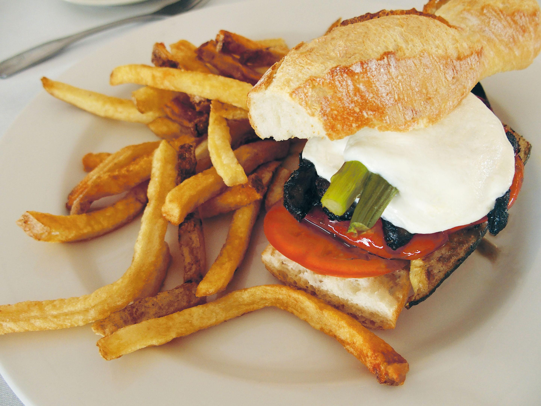バンズやパテなど、店の独自性が存分に発揮されたハンバーガー。食べくらべの旅も面白い。