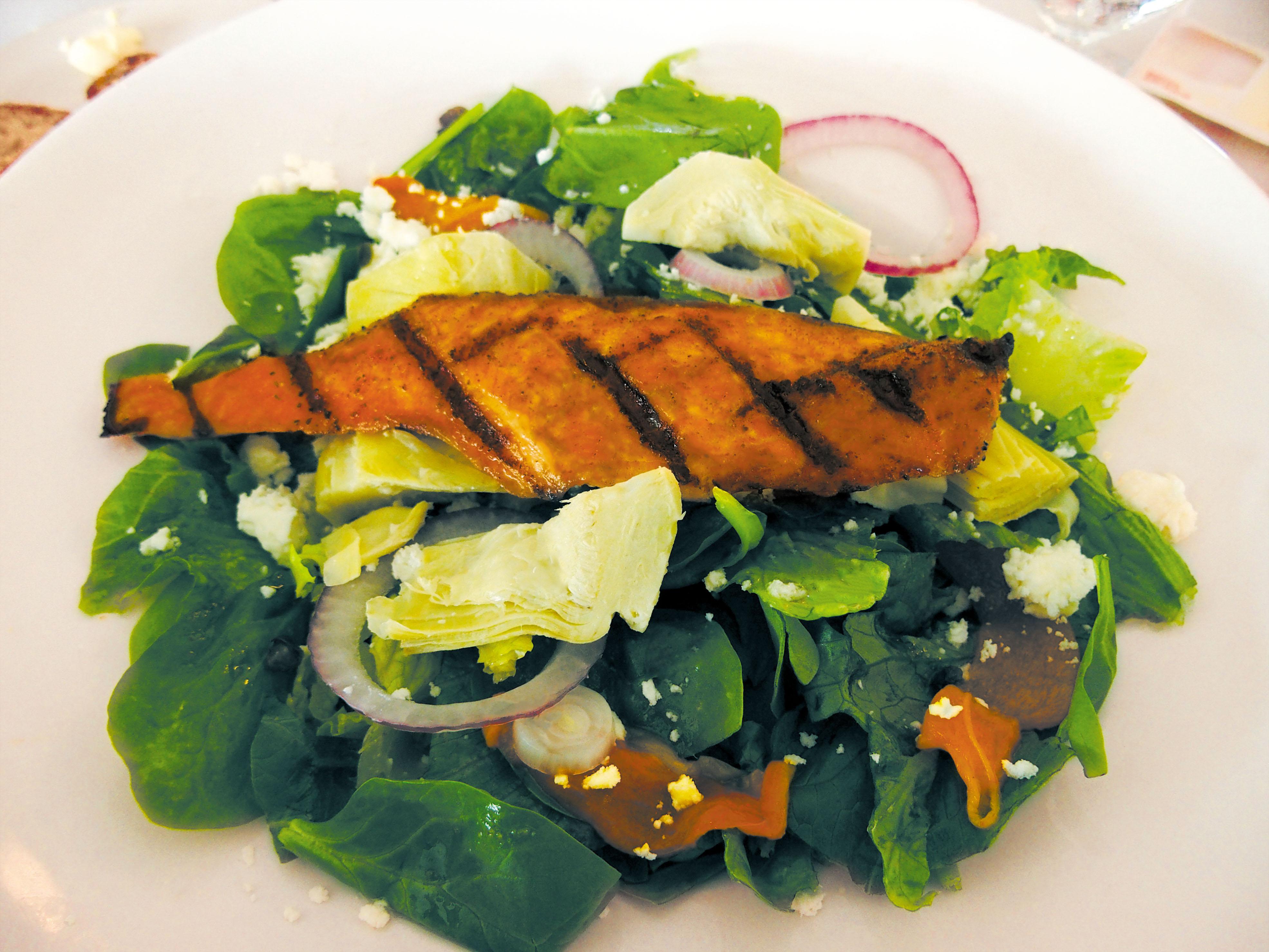 前菜のサラダのはずが、これだけで腹一杯になってしまうこのボリューム感。シンプルにビネガー&ソルトで味わおう。
