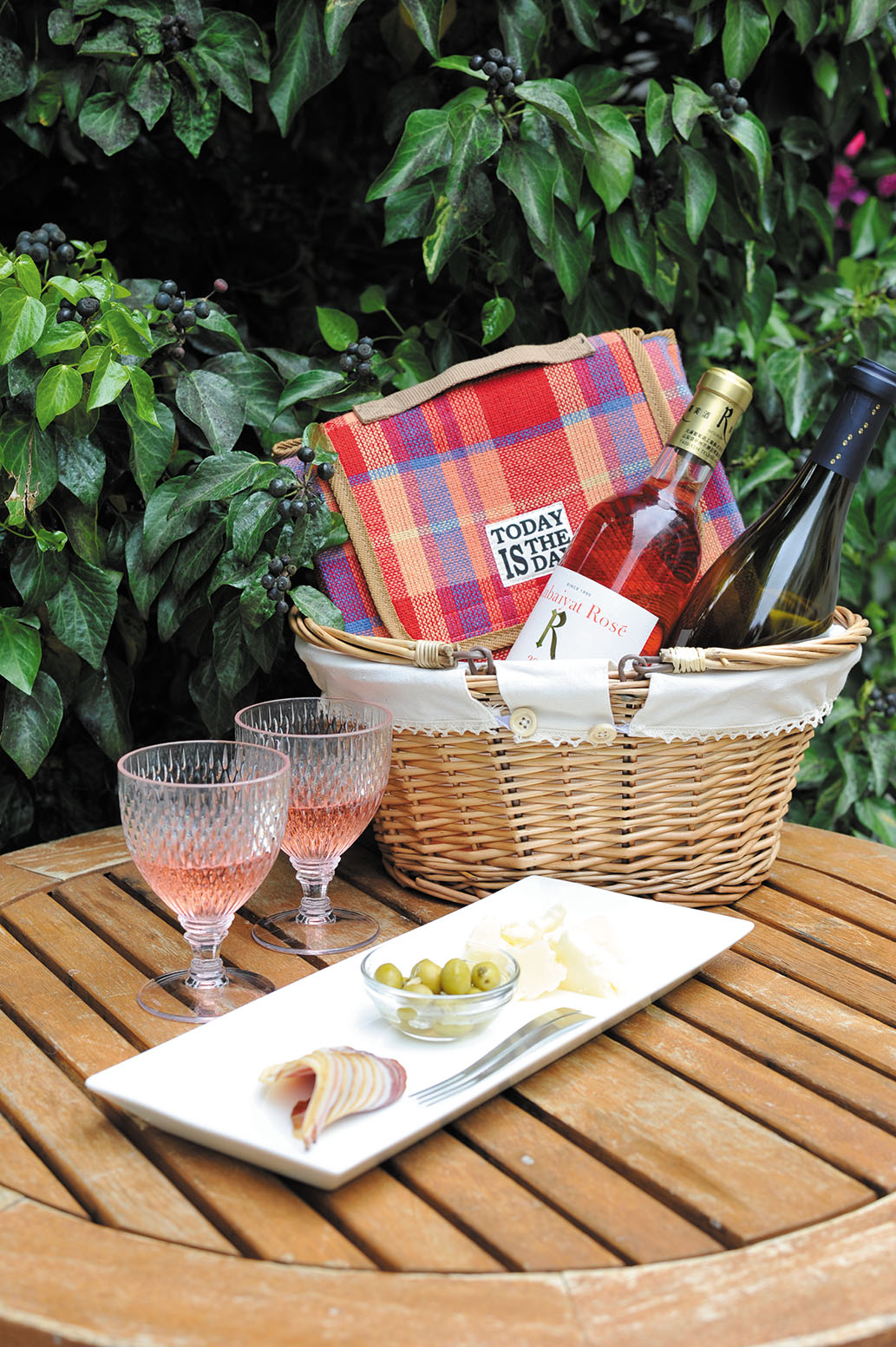 「PICNICセット」ワイン、おつまみ3種などが入ったバスケットをもって近くの森へピクニック。
