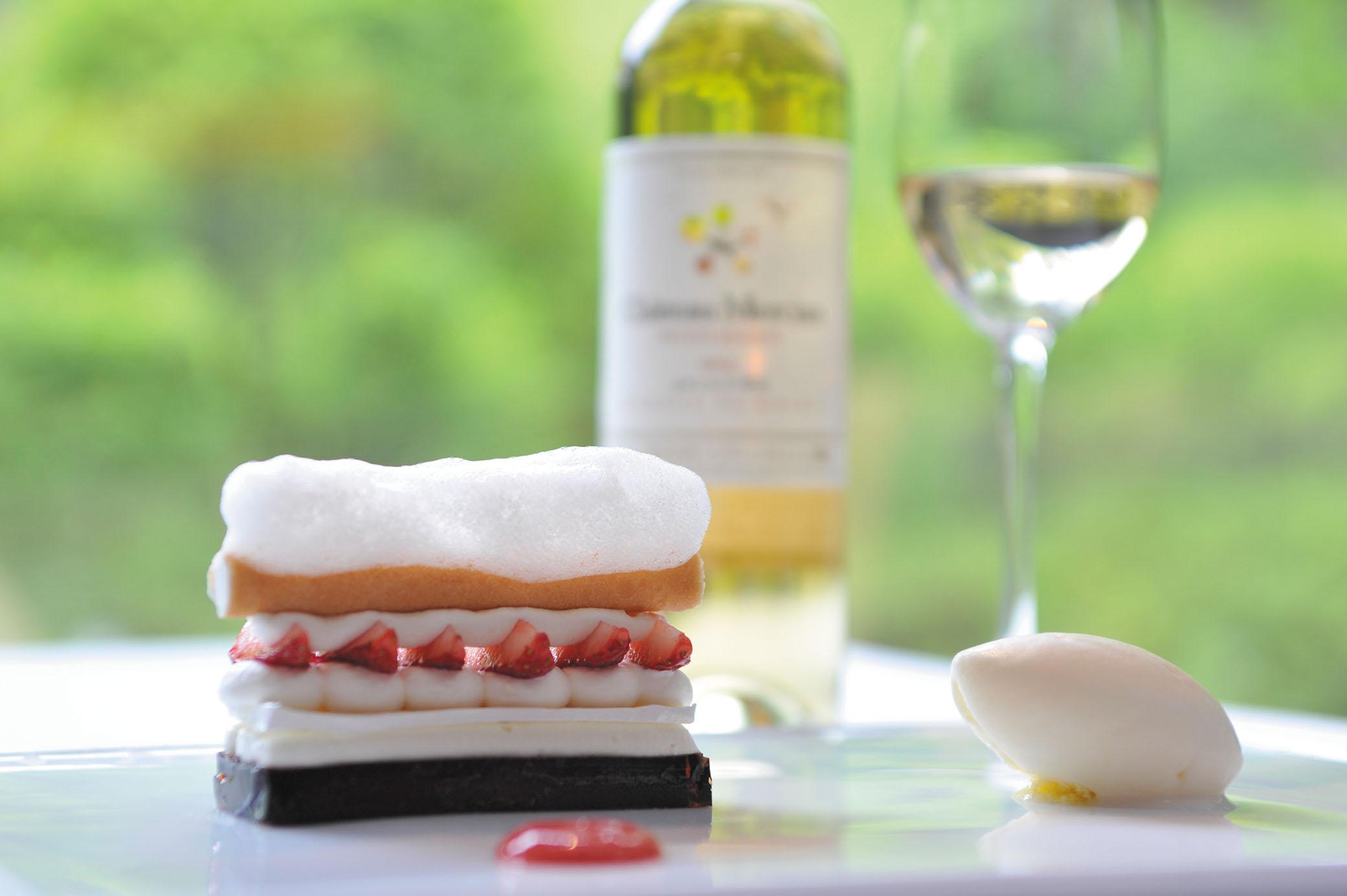 OTTO SETTEで優雅な夕食を。一皿ひとさらに最適なワインが組み合わされたヴィノクッチーナ(マリアージュコース)では料理とワインの驚くべき化学反応を体感することができる。