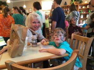 Tato-Nut 早朝から行列の出来るドーナツ屋さん。一見ボリューミーだが口当たりは軽やかでどんどん食べてしまう病み付きの味。 イースターの仮装でドーナツを買いにきた子どもの姿が印象的だった。
