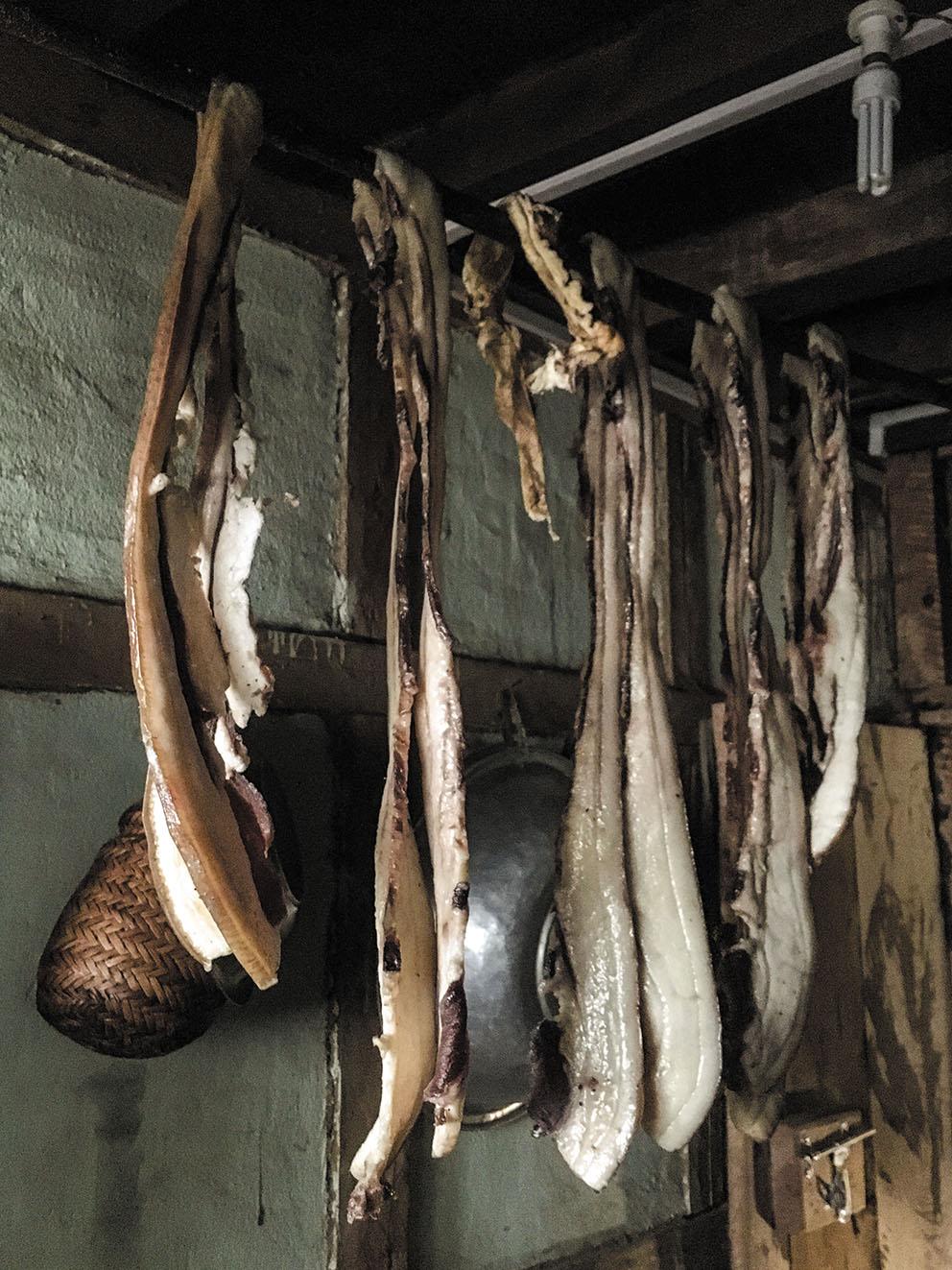 豚の脂部分を陰干しし、料理に使用する。
