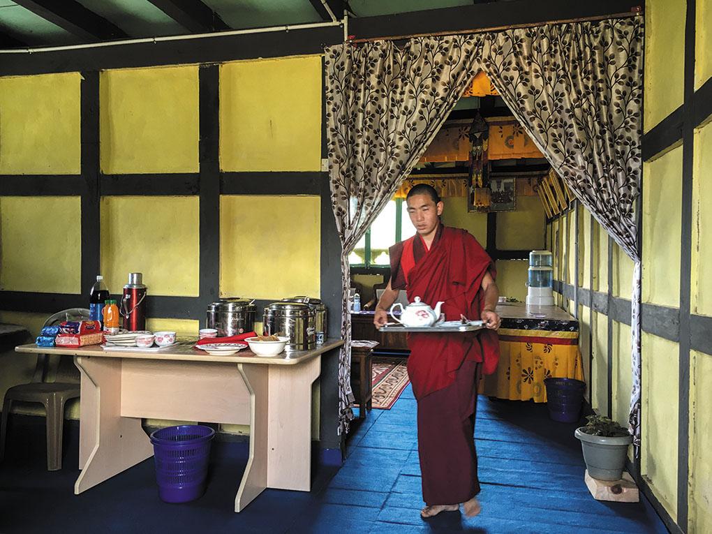 僧侶学校にて料理の準備中。