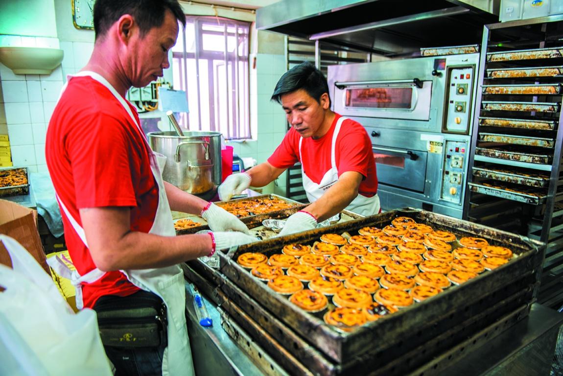 「Lord Stow's BAKERY」 マカオ最南端のコロアンにある、マカオ名物「エッグタルト」発祥の店。卵をふんだんに使用することで濃厚かつとろみのあるエッグタルトが完成、地元の人はもとより、世界中の観光客を魅了しつづけている。店内で製造しているため焼き上がりを狙ってアツアツを食するのがおすすめだ。
