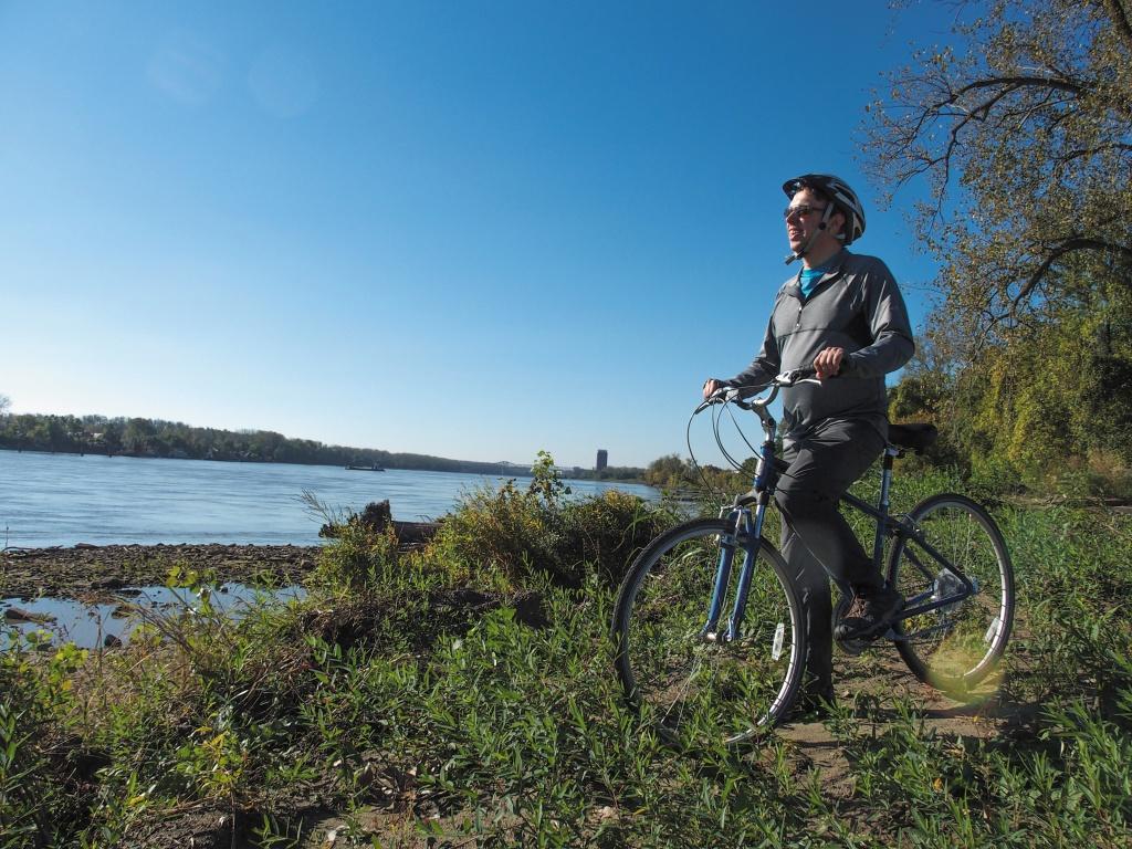 ミズーリ川沿いをサイクリング。朝の冷たい空気を頬に感じながら、木々の間からの木漏れ日に心癒されて。